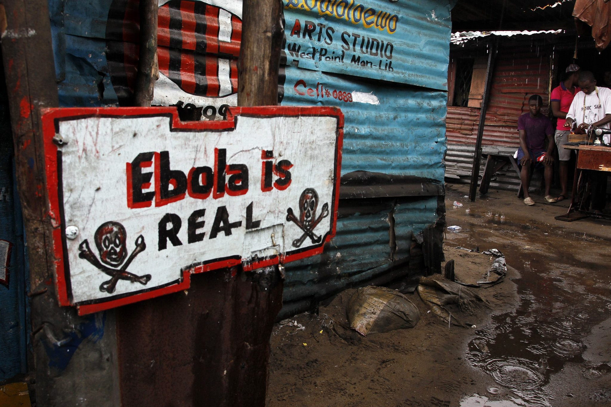 epa04417493 An Ebola sign placed infront of a home in West Point slum area of Monrovia, Liberia, 25 September 2014. Figures released from the United Nations World Health Organization indicate 2917 West Africans have died from the Ebola virus with Sierra Leone, Liberia and Guinea the worst affected.  EPA/AHMED JALLANZO ** Usable by LA, CT and MoD ONLY **
