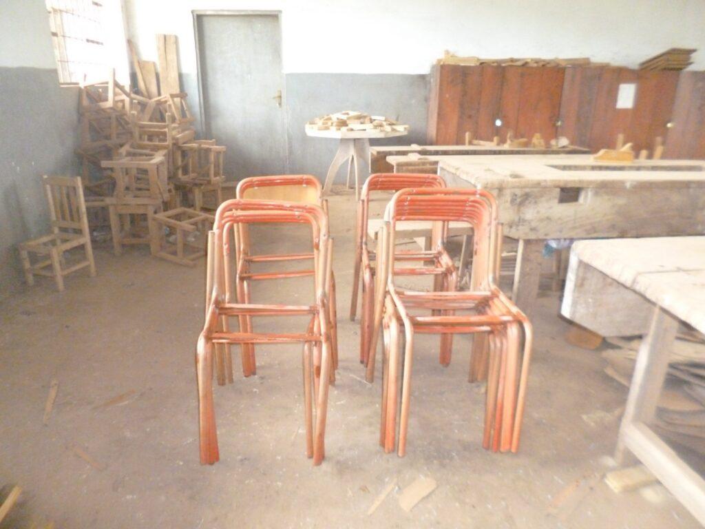 Riparazione delle sedie della scuola